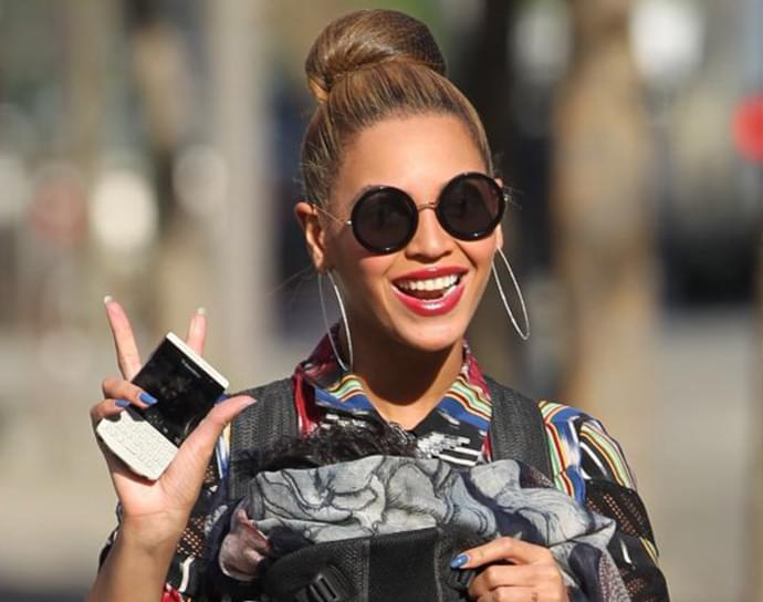 c642f9ba94e Beyonce in Ray-Ban RB3447 Round Metal Sunglasses – Celebrity ...
