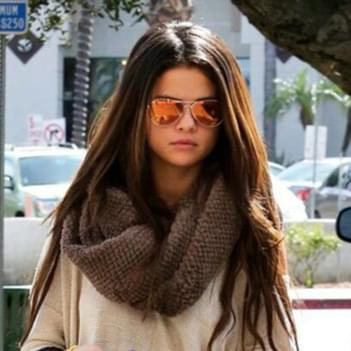 4ec45b11e09 Selena Gomez in Ray-Ban Mirrored Aviator Sunglasses – Celebrity ...